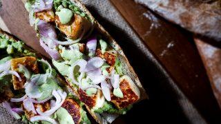 Zielona kanapka z kostkami halloumi