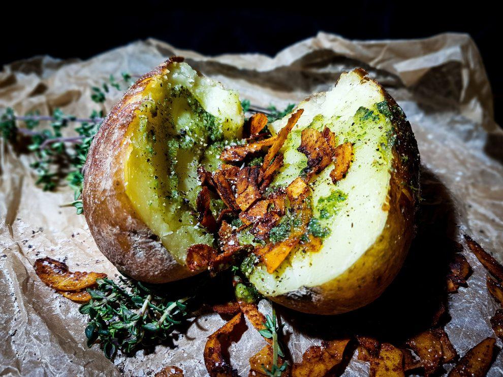 Ziemniak z tymiankowym masłem i skwarkami