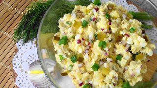 Sałatka ziemniaczana z ogórkiem kiszonym i jajkiem