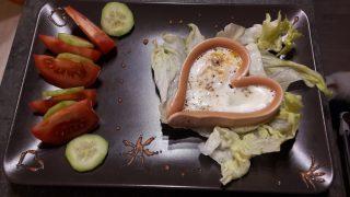 Parówki z jajkiem sadzonym w kształcie serduszek