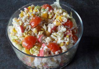 Sałatka z paluszkami krabowymi surimi + 3 sosy do wyboru