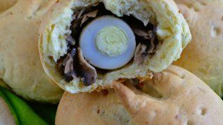 Drożdżowe bułeczki-zajączki (z pieczarkami i przepiórczym jajkiem)