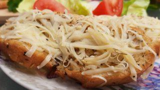 Grillowana bagietka lub chleb z serem