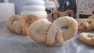 Litewskie słodkie precle z kruchego ciasta