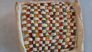 Zapiekanka z mięsa mielonego i ciasta francuskiego, ozdobiona kolorową mozaiką z papryki