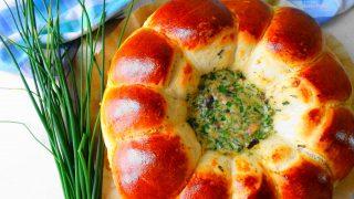 Rolowane bułeczki z sosem serowo – pieczarkowym