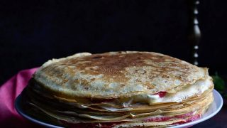Tort naleśnikowy przekładany serowym oraz truskawkwo-rabarbarowym nadzieniem