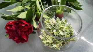Zielona surówka z sałaty, szczypiorku i szpinaku