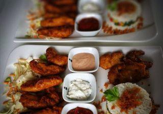 Krewetki i kurczak w tempurze, ryż z warzywami na maśle