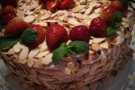 Tort z migdałami, truskawkami i kremem mascarpone