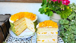 Tort budyniowy z brzoskwiniami