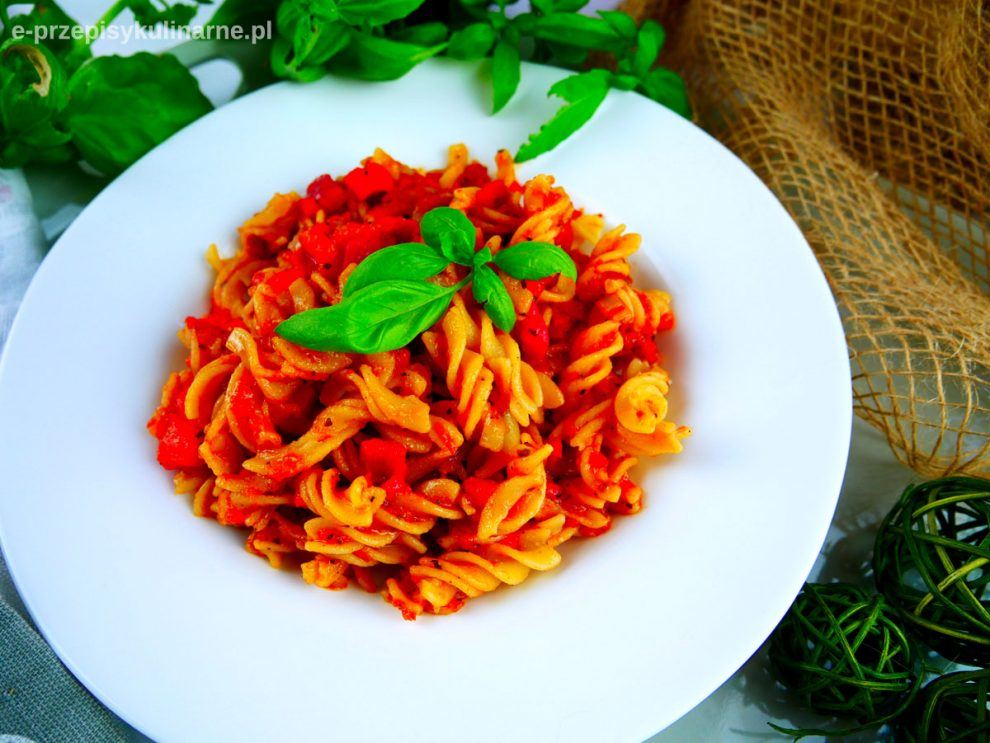 Makaron z sosem pomidorowo-paprykowym (wege i fit obiad)