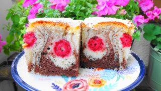 Pulchne ciasto łaciate z malinami