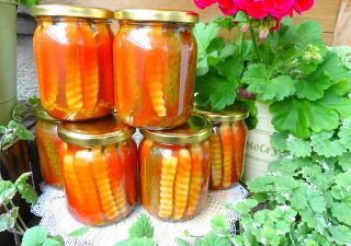 Chrupiące ogórki w zalewie pomidorowej