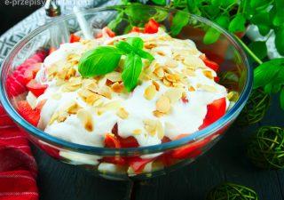 Szybka sałatka warstwowa z jajkiem i pomidorem – niezawodny przepis