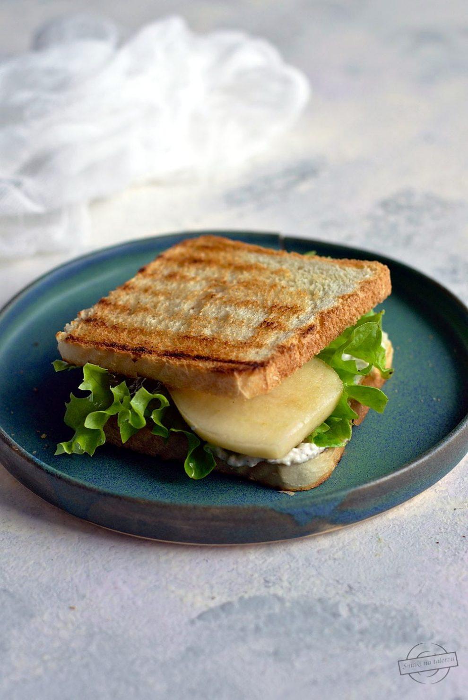 Tosty z pastą z sera pleśniowego z sałatą i gruszką