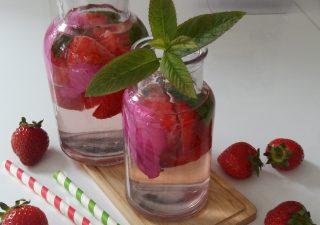 Woda smakowa z truskawkami, płatkami róży i miętą