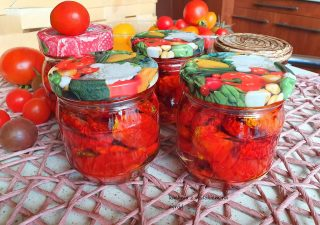 Pomidory suszone w oleju z ziołami na zimę. Domowe przetwory