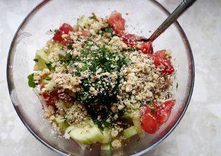 Gruzińska sałatka z pomidorów i ogórka z sosem orzechowym