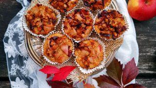 Babeczki jabłkowe-jaglane z karmelizowanymi owocami i płatkami owsianymi