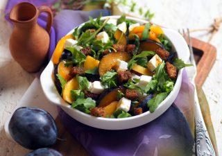 Sałatka z rukoli ze śliwkami, brzoskwiniami i fetą