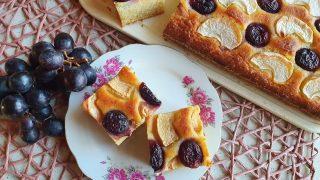 Ciasto jogurtowe z jabłkami i winogronami