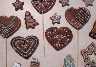 Dekorowanie pierników, ciastek i tortów rozpuszczoną czekoladą