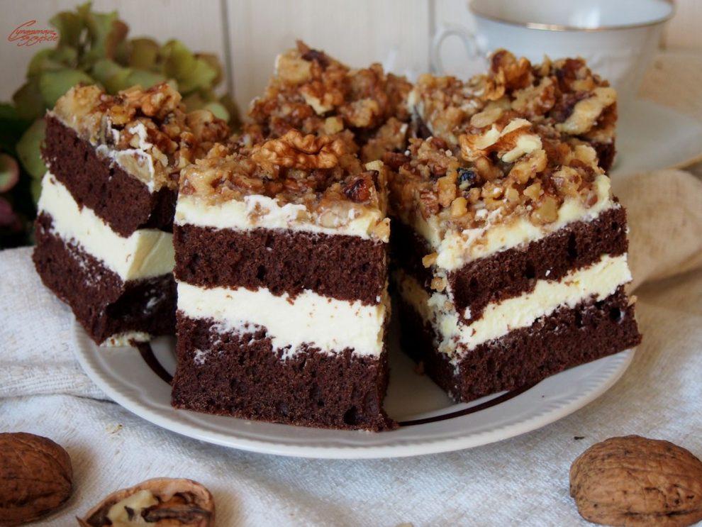 Czekoladowe ciasto z kremem waniliowym i orzechami w karmelu