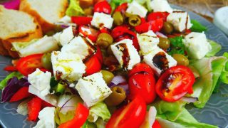 Śródziemnomorska sałatka z fetą i oliwkami
