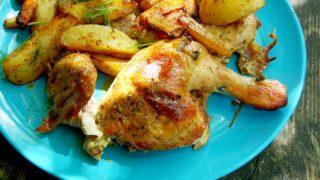 Pieczony ziołowy kurczak z pieczonymi warzywami i ziemniakami