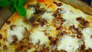 Pizza bianca z pieczarkami i mozzarellą