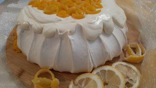 Beza Pavlova z kremem cytrynowym i brzoskwiniami