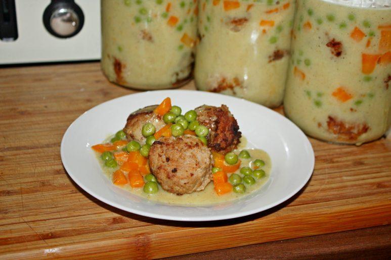 Smażone klopsiki z groszkiem i marchewką kuchnia na wyjazdy do słoika