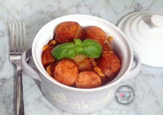 Kiełbasa w sosie pomidorowym