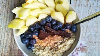 Jaglanka czekoladowa z orzechami i owocami