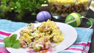 Wielkanocna sałatka warstwowa z szynką i groszkiem