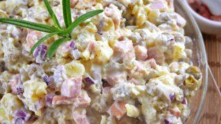 Sałatka z ziemniakami i parówką – prosta i smaczna