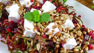 Sałatka z kaszą sorgo, burakiem i kozim serem – pyszna i zdrowa