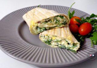 Tortilla z pastą jajeczną i rukolą