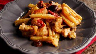 makaron z kurczakiem, grzybami i suszonymi pomidorami