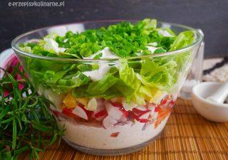 Wiosenna sałatka warstwowa z serkiem wiejskim – szybka i smaczna