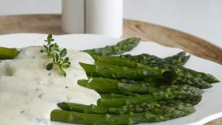 Zielone szparagi z sosem mornay