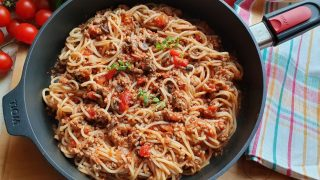 Spaghetti z mięsem mielonym i pieczarkami w sosie pomidorowym