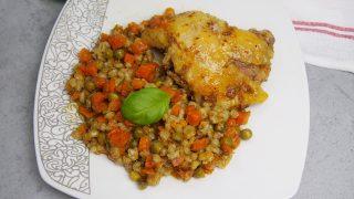 Kurczak pieczony z marchewką i pęczakiem