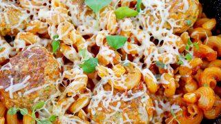 Patelnia Gondoliera – pulpety z makaronem w sosie pomidorowym