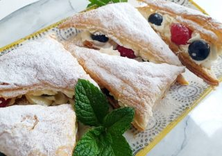 Ciasteczka z ciasta francuskiego z kremem i owocami