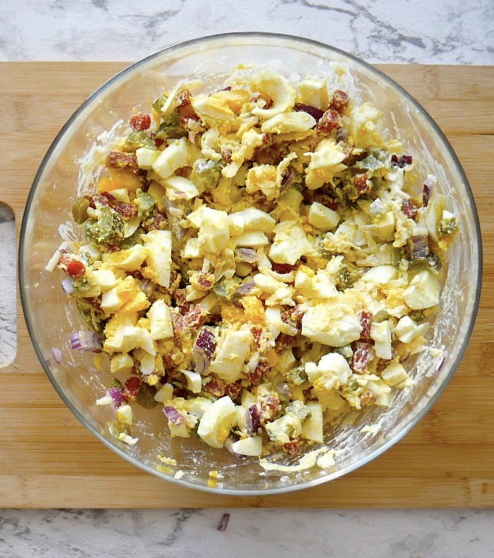 Sałatka z kabanosem i jajkiem