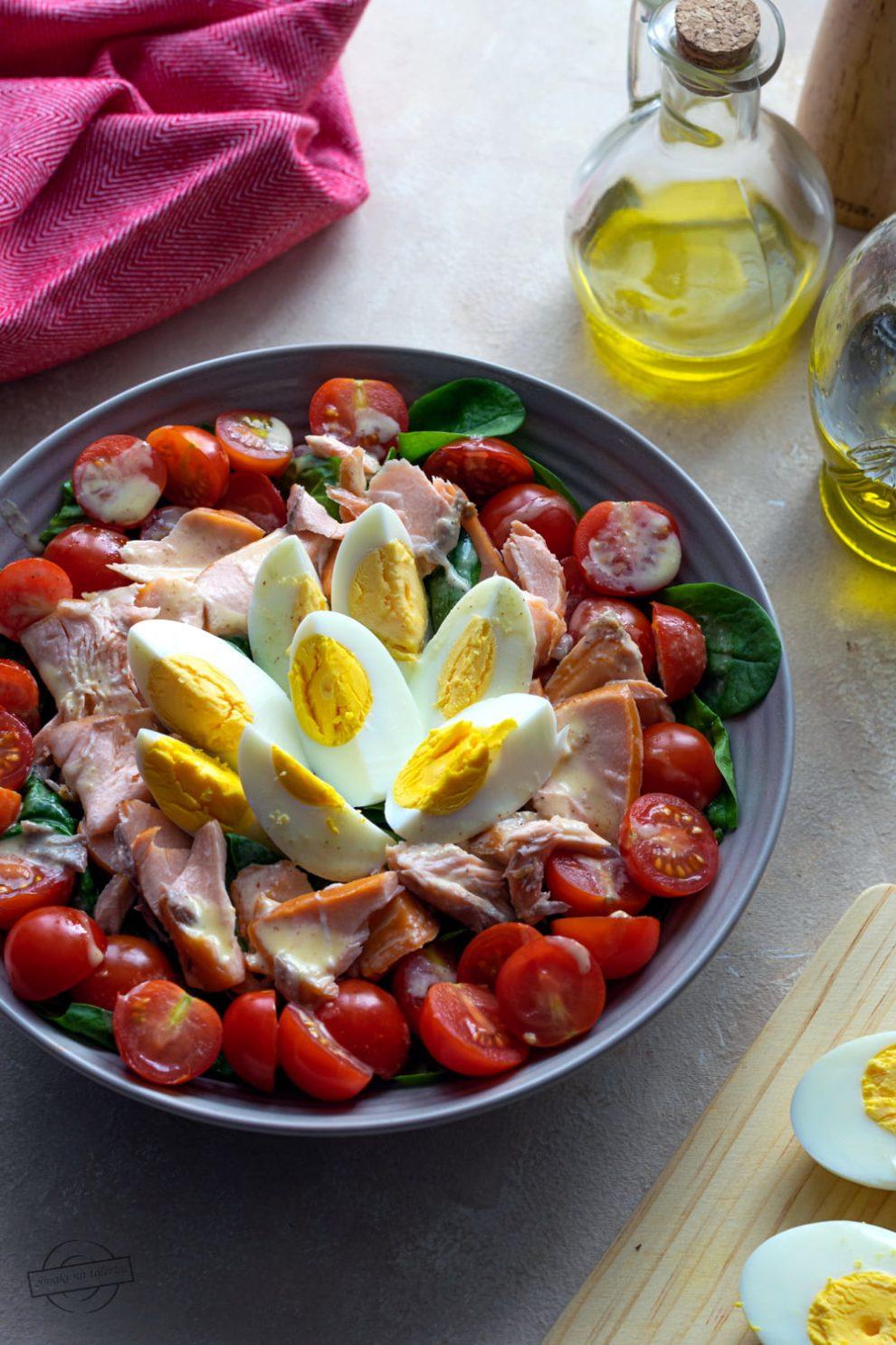 Sałatka ze szpinakiem, pomidorkami i wędzonym łososiem