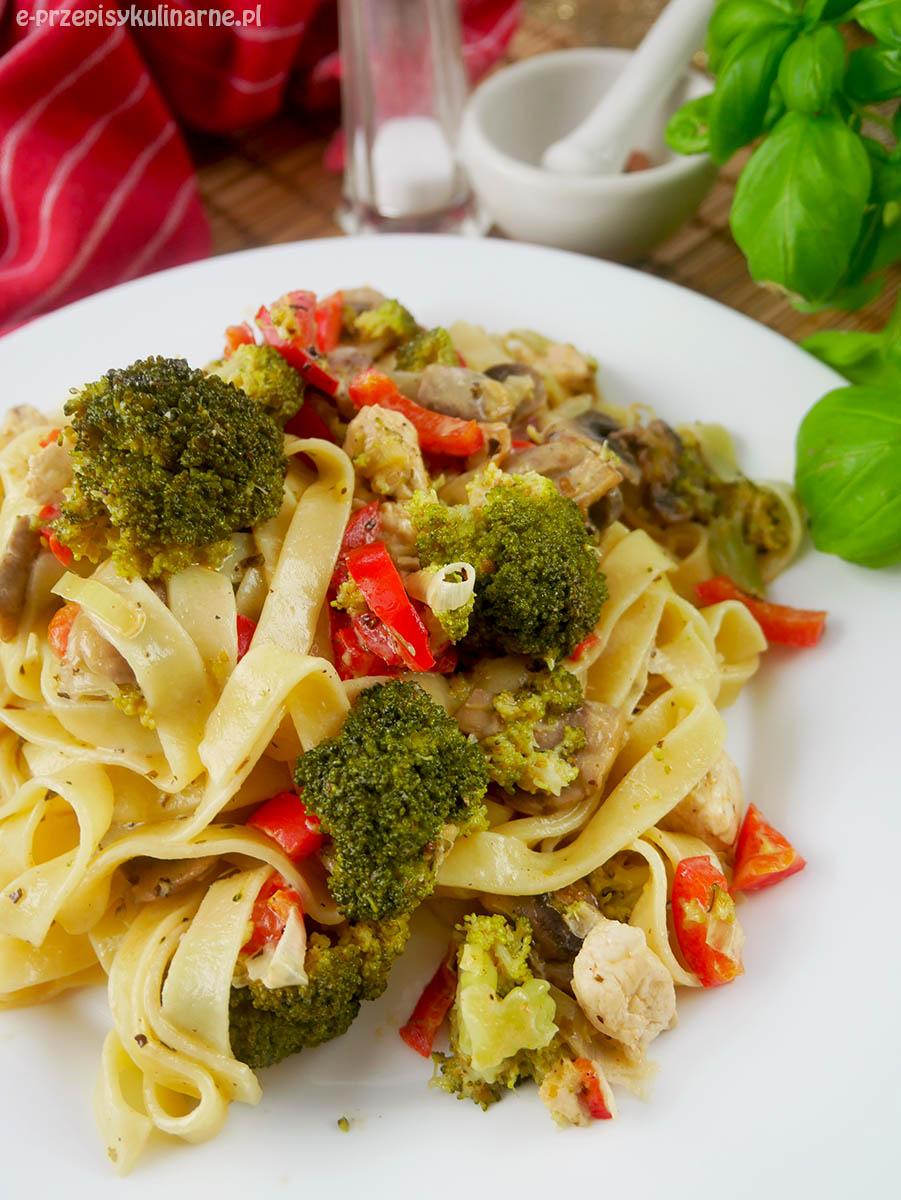Makaron tagliatelle z kurczakiem i warzywami